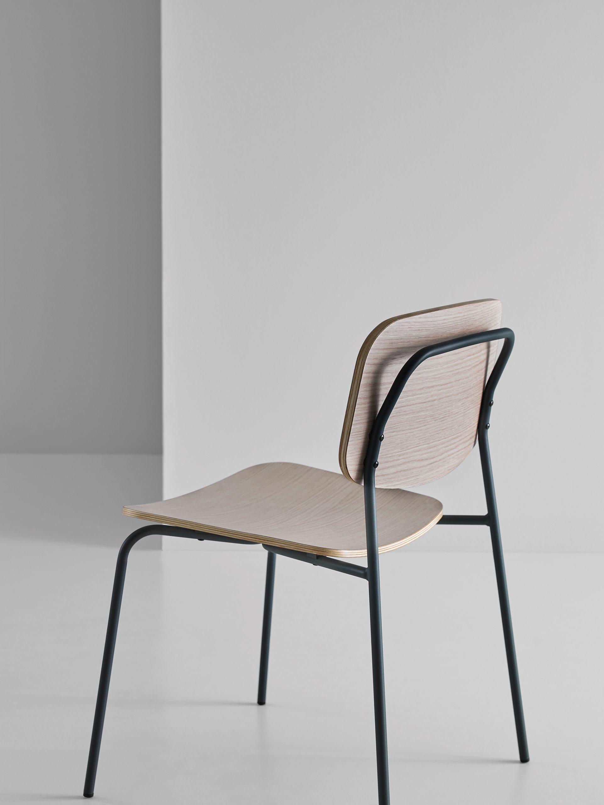 Puinen versio Mobbolin Cap tuolista viistosti takaa kuvattuna