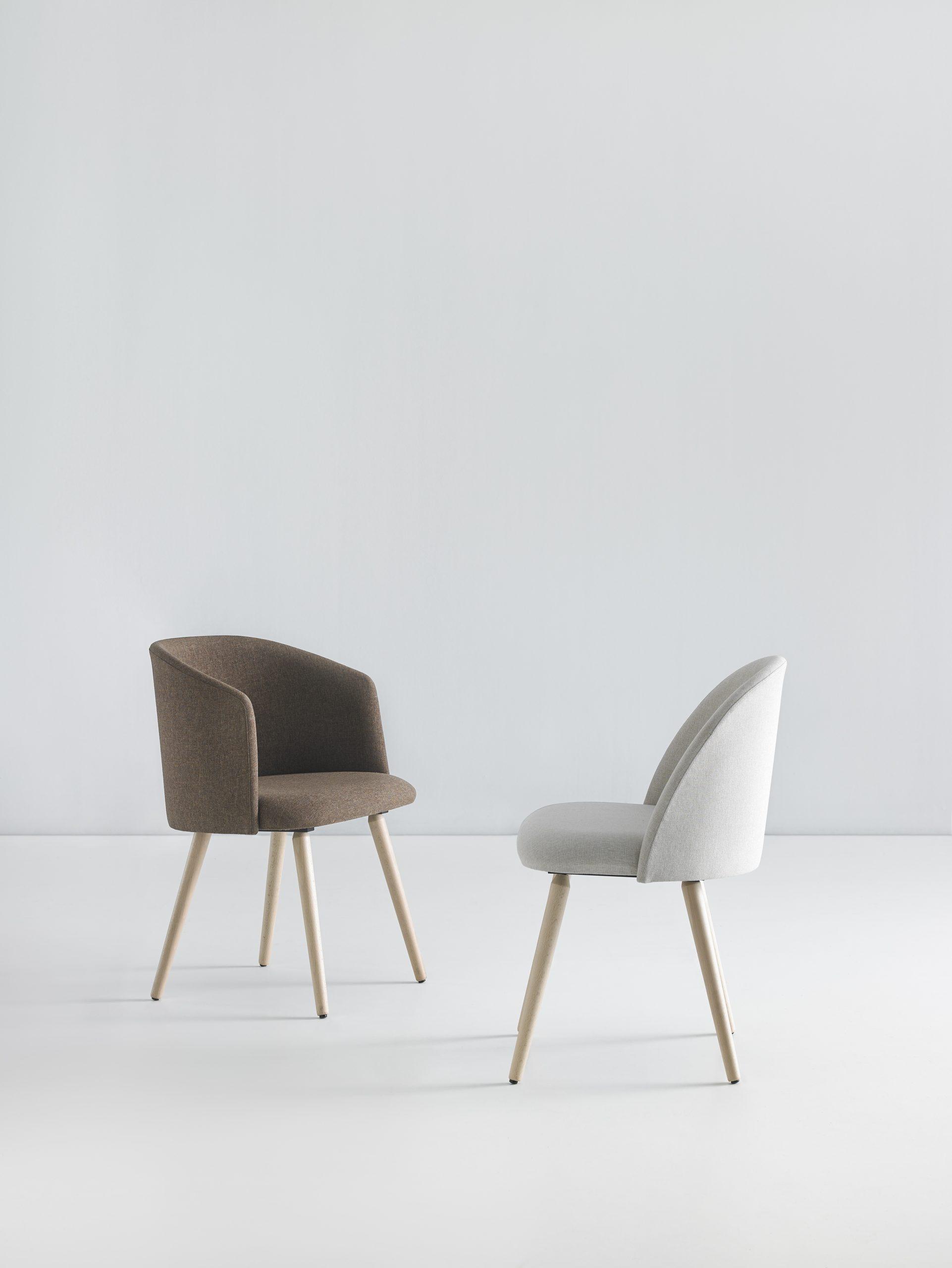 Kaksi verhoiltua puujalkaista Mobboli Chelsea tuolia