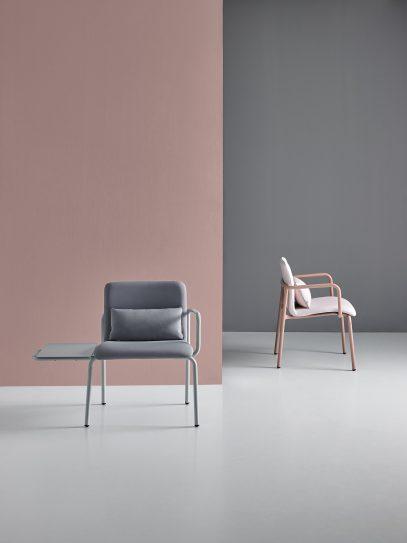 Kaksi Mobboli Stay malliston tuolia edestä ja sivusta kuvattuna